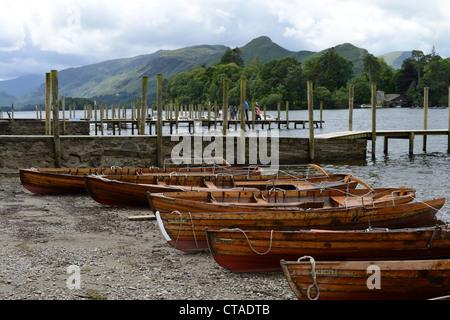 Barques sur la rive du Derwent Water à Keswick, Parc National de Lake District, Cumbria, Royaume-Uni Banque D'Images