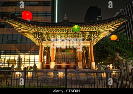 Temple au centre de Séoul en Corée du Sud pendant la nuit Banque D'Images