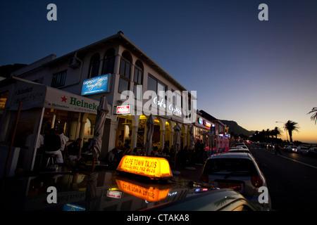 La vie nocturne sur Victoria Road à Camps Bay, Cape Town, Western Cape, Afrique du Sud, RSA, l'Afrique Banque D'Images