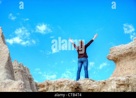 Femme avec les mains posées contre le ciel bleu Banque D'Images