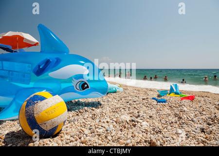 Des jouets de plage dans le sable. Banque D'Images