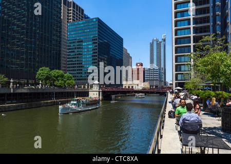 Les employés de bureau de déjeuner sur la terrasse du restaurant donnant sur la rivière Chicago avec Monroe Street Banque D'Images