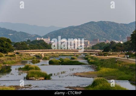 Kyoto, Japon. En regardant vers le sud le long de la paisible rivière Kamo (Rivière Kamogawa) vers le centre-ville Banque D'Images