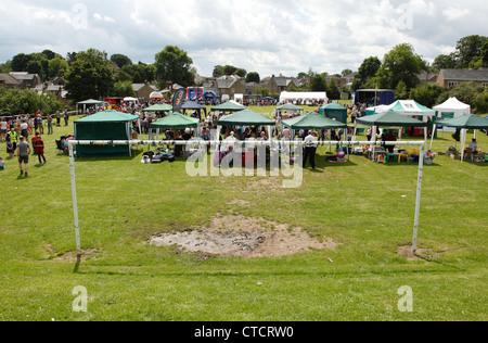 Une fête du village sur un terrain de football dans le Derbyshire, Angleterre, Royaume-Uni