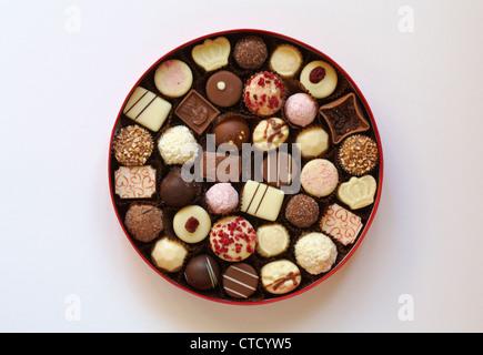 Ouvert Coffret luxueux de blanc, lait et chocolats noirs isolé sur fond blanc Banque D'Images
