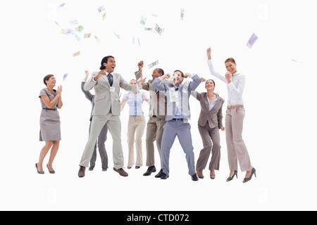 ... contre fond blanc · Les gens très enthousiaste avec de l argent qui  tombe du ciel Banque D  7e0a38a2fa2
