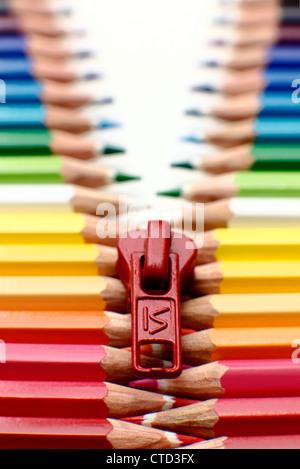 Faites de zip crayon crayons dans une rangée Banque D'Images