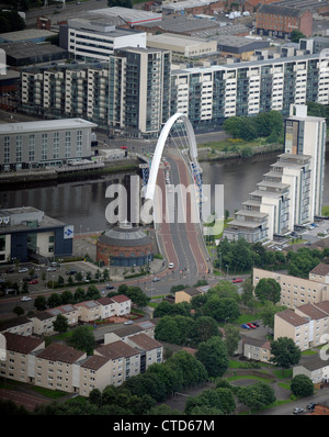 Vue aérienne de la Clyde Arc (connu localement sous le pont aux), un pont routier enjambant la rivière Clyde à Glasgow.