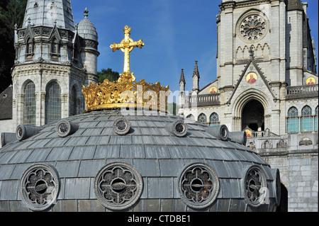 La couronne dorée et croix de la Basilique de Notre-Dame du Rosaire / Notre Dame du Rosaire de Lourdes, Pyrénées, France