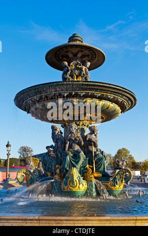 L'une des deux fontaines de Paris à la place de la Concorde, la Fontaine Maritime est superbement baroque. Banque D'Images