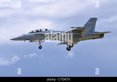 Boeing F/A-18F Super Hornet VFA-122 exploité par de l'US Navy en approche pour l'atterrissage à Farnborough International Airshow 2012