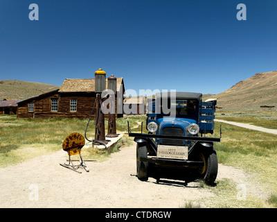 Un vieux camion dans une station d'essence à Bodie, une ville fantôme de la Californie, aux États-Unis. Banque D'Images