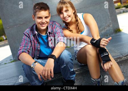Les adolescents Cool sortir ensemble, active girl wearing de patins à roulettes et sportswear Banque D'Images