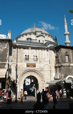 ISTANBUL, TURQUIE. Entrée de la mosquée Nuruosmaniye Kapali Carsi dans le Grand Bazar (quartier). 2012. Banque D'Images