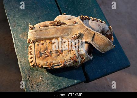Le vieux cuir gant de baseball Banque D'Images