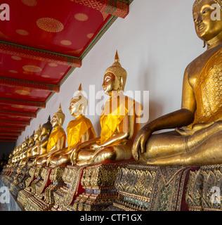 Rangée de statues de Bouddha en or du temple Wat Po, près de Bangkok, Thaïlande Banque D'Images