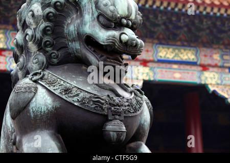 Lion mâle garde l'entrée des halls dans la Cité Interdite, Beijing, Chine. Lion Chinois, un symbole de richesse, Banque D'Images