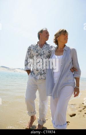 Couple en train de marcher sur la plage Banque D'Images