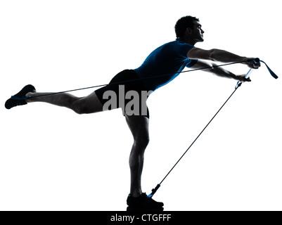 Un homme de race blanche l'exercice de remise en forme d'entraînement gymstick en silhouette studio isolé sur fond Banque D'Images