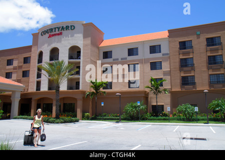 Courtyard by Marriott Stuart Florida Hôtel Motel logement entrée extérieur femme avant le départ du matériel roulant Banque D'Images
