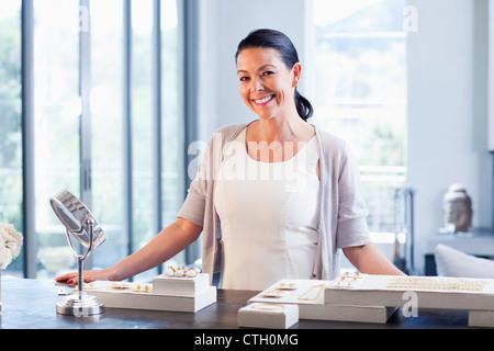 Hispanic woman working in magasin de bijoux Banque D'Images