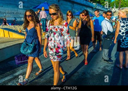Paris, France, Groupe de jeunes femmes à la mode marchant sur le quai, Paris Beach, Paris plages, Centre ville, Banque D'Images