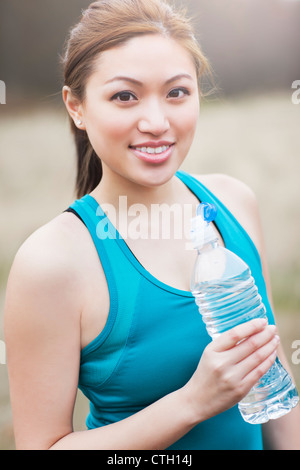 Asian woman drinking water Banque D'Images