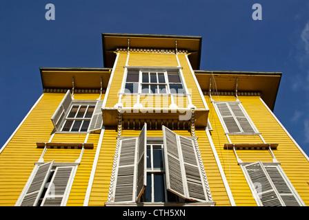 Maison en bois jaune traditionnel Ottoman, Sultanahmet, Istanbul, Turquie Banque D'Images
