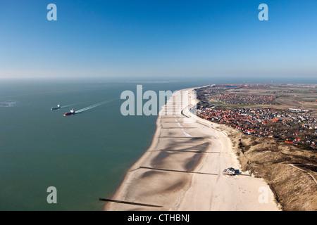 Les Pays-Bas, Zoutelande, Antenne de plage à marée basse. Des cargos sur l'Escaut occidental, appelé sur leur façon d'Antwerpen.