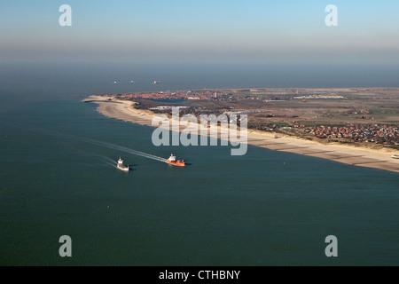 Les Pays-Bas, Westkapelle, Antenne de plage à marée basse. Des cargos sur l'Escaut occidental, appelé sur leur façon Banque D'Images