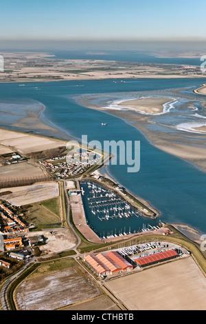 Les Pays-Bas, Sint Annaland, gelé l'eau saumâtre à marée basse. marina. Vue aérienne.