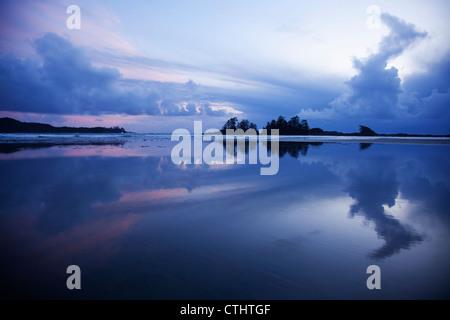 Nuages sur Chesterman's Beach et Frank's Island près de Tofino, Colombie-Britannique, Canada Banque D'Images