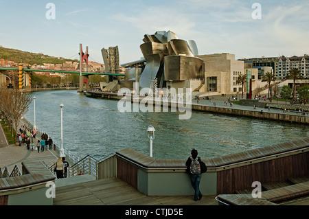 Vue sur le musée Guggenheim, sur les rives de la rivière Nervion à partir du pont de Deusto dans la ville de Bilbao, Banque D'Images