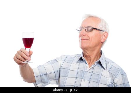 Happy senior man dégustation des vins, isolé sur fond blanc. Banque D'Images