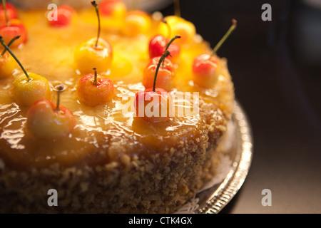 Libre de fantaisie à l'envers d'ananas gâteau garni de cerises. Banque D'Images