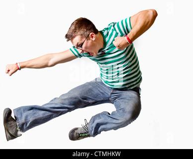 Un jeune homme bondit dans l'air Banque D'Images