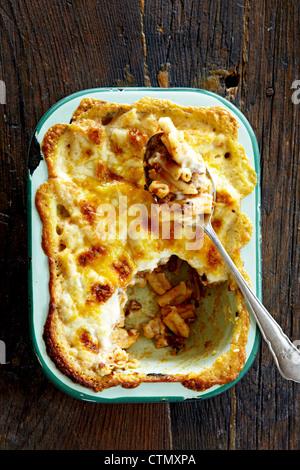 Émincer et cuire le macaroni Banque D'Images