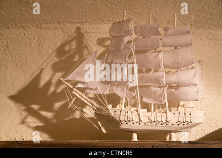 Petit souvenir ship est blanc et sur la tablette Banque D'Images