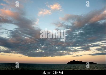 Tôt le matin à Wongaling beach, une section de Mission Beach, avec Dunk Island en vue, à Cassowary Coast, Queensland, Banque D'Images