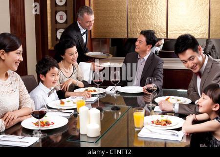 Dîner de famille dans une luxueuse salle à manger Banque D'Images