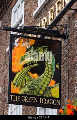 Le 'Green Dragon' enseigne de pub dans, Auberge de signer Pennine Way, une ville de Bedale North Yorkshire, UK Banque D'Images
