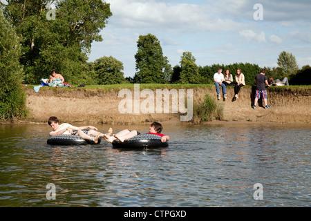 Les adolescents et les enfants jouer sur et s'amuser sur la Tamise, Wallingford Oxfordshire, UK Banque D'Images