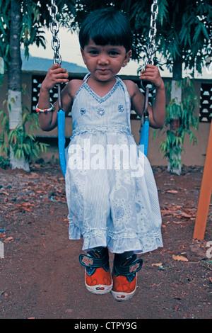 Fille jouant dans l'école, l'école aaryan, Pune, Maharashtra, Inde Banque D'Images