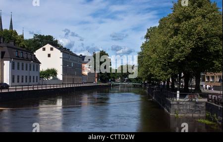 La rivière Fyris (Fyrisån) fonctionnant grâce à Uppsala, Suède. Banque D'Images