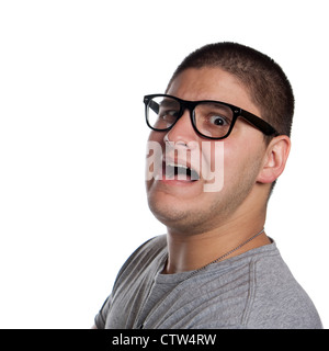 Un goofy homme portant des lunettes nerd isolated over white avec un drôle de peur sur son visage. Banque D'Images