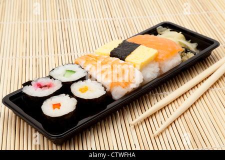 Le bac de divers éléments sur un Sushi place mat avec baguettes - studio shot