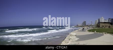 Scène de plage le long de la Shlomo Lahat, Promenade dans la région de Tel Aviv, Israël Banque D'Images