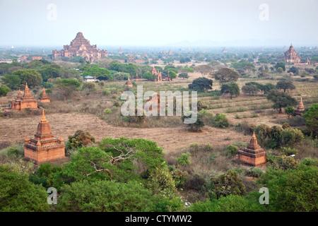 Panorama de la plaine de Bagan avec temples bouddhistes à Bagan, Myanmar Zone archéologique. Banque D'Images