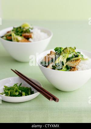 Bol de riz avec broccolini Banque D'Images