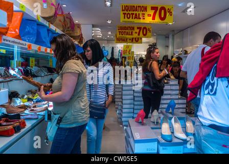 Paris, France, magasins français pour adolescents, boutique de chaussures pour femmes, ventes, sur l'avenue des Banque D'Images